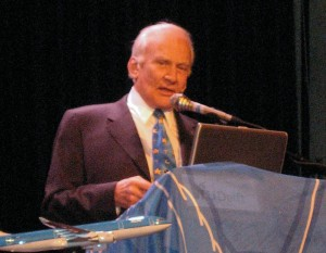 Buzz Aldrin volta a desmentir encontro com suposto UFO