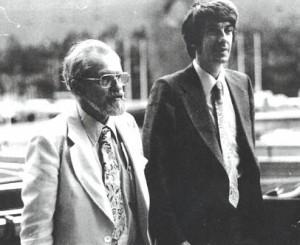 Jacques Vallée, à direita, ao lado de Allen Hynek (Wikipedia)