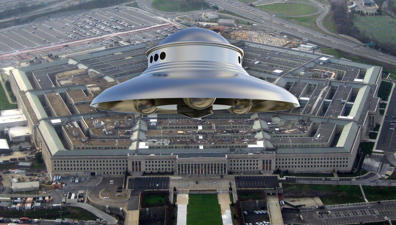 Céticos se alfinetam em debate acalorado sobre UFOs